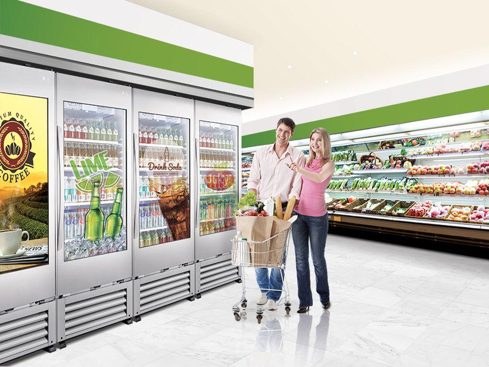 Transparent-Cooler-49WEC-im-Einsatz-am-Point-of-Sale